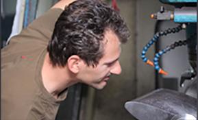 Foto lavoratore CMF Lavorazioni meccaniche di precisione